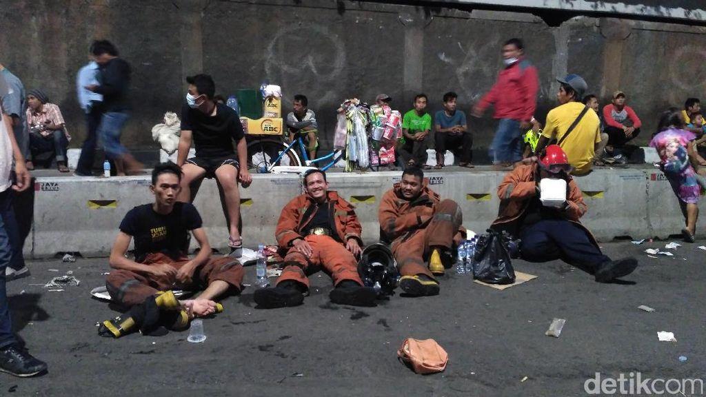Petugas Dirikan Tenda dan Gantian Padamkan Kebakaran Pasar Senen