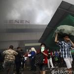 Pedagang Pasar Senen Berdagang di Trotoar Demi Menyambung Hidup