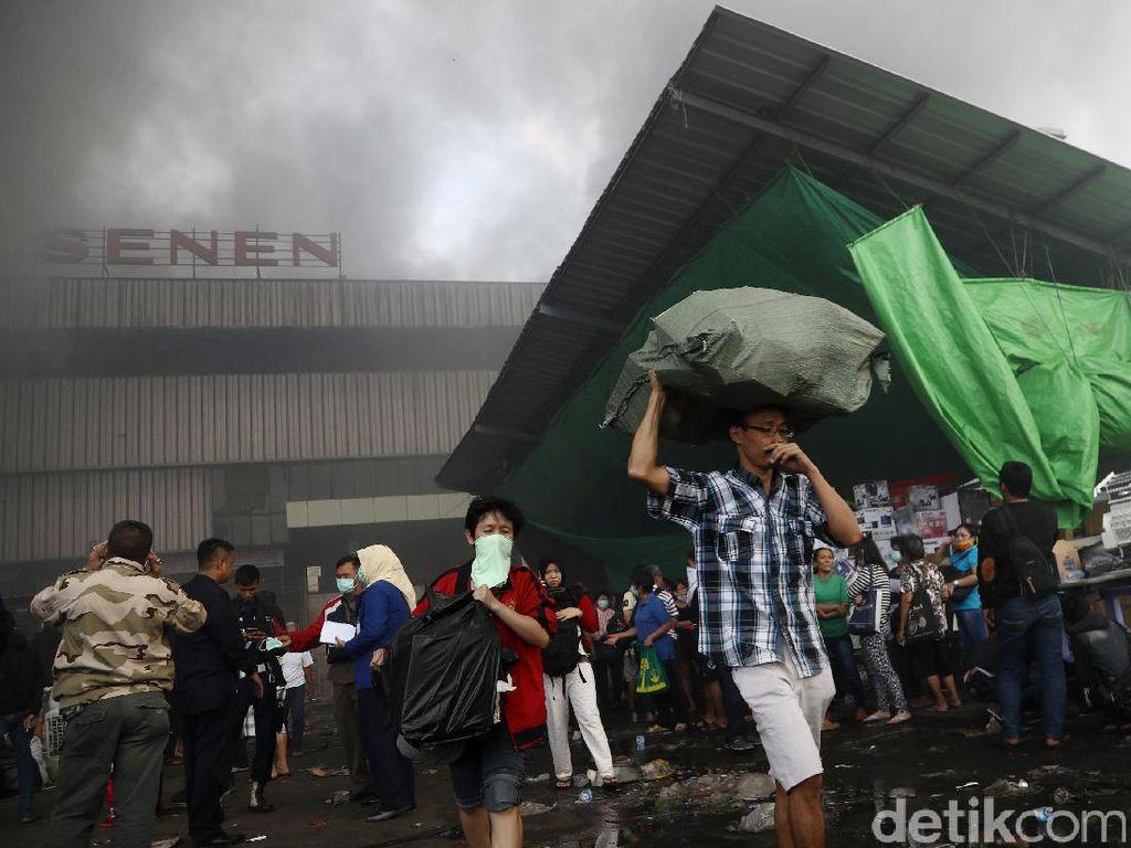 Pedagang Pasar Senen Evakuasi Barang