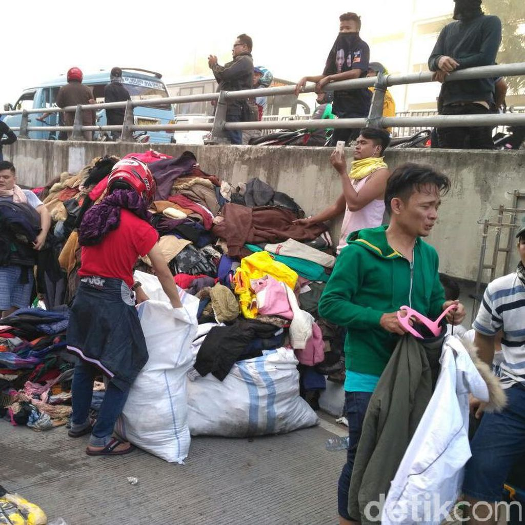 Pedagang Paksa Masuk Pasar Senen Untuk Selamatkan Dagangan