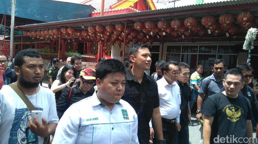 Agus Yudhoyono Kagumi Kekokohan Vihara di Petak Sembilan