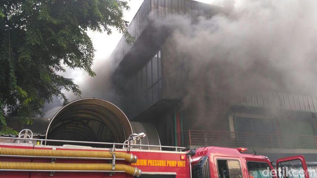 Akses Sulit, Api di Bagian Dalam Pasar Senen Belum Bisa Dipadamkan