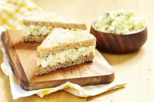 Mau Bawa Bekal Praktis? Bikin Saja Roti Isi Salad Telur dan Sosis