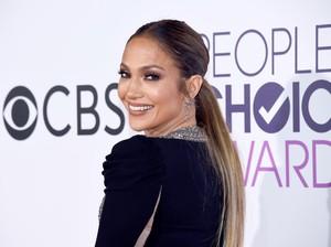 <i>Stunning</i>! Penampilan Jennifer Lopez Bikin Lupa Status