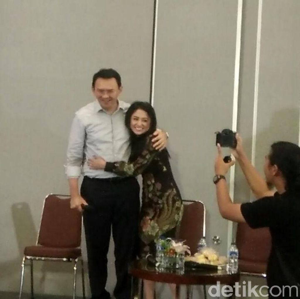 Peluk Ahok di Acara Bedah Buku, Dewi Persik: Saya Deg-degan