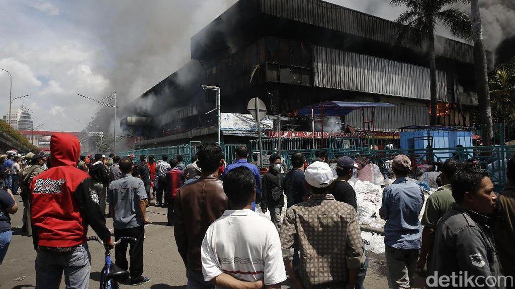 Kebakaran Pasar Senen Jadi Tontonan Warga