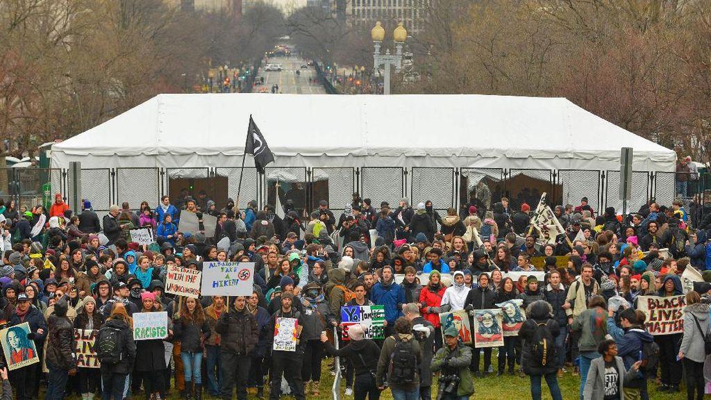 Demonstran Anti-Trump Blokir Pintu Masuk Lokasi Pelantikan