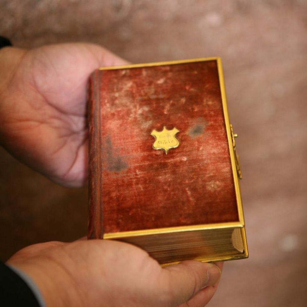 Donald Trump Akan Pakai Dua Alkitab Saat Dilantik