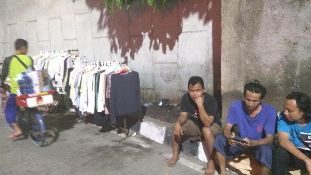 Pasar Senen Terbakar, Pedagang Baju Ini Jemur Dagangan yang Basah