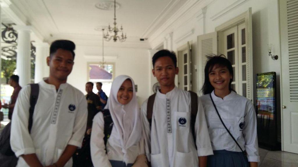 Sumarsono Ajak Perwakilan OSIS Jakarta Diskusi di Bus Wisata