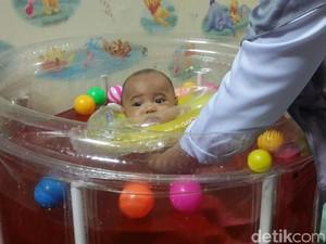 Imutnya Bayi Ini Berenang di Kolam Air Secang