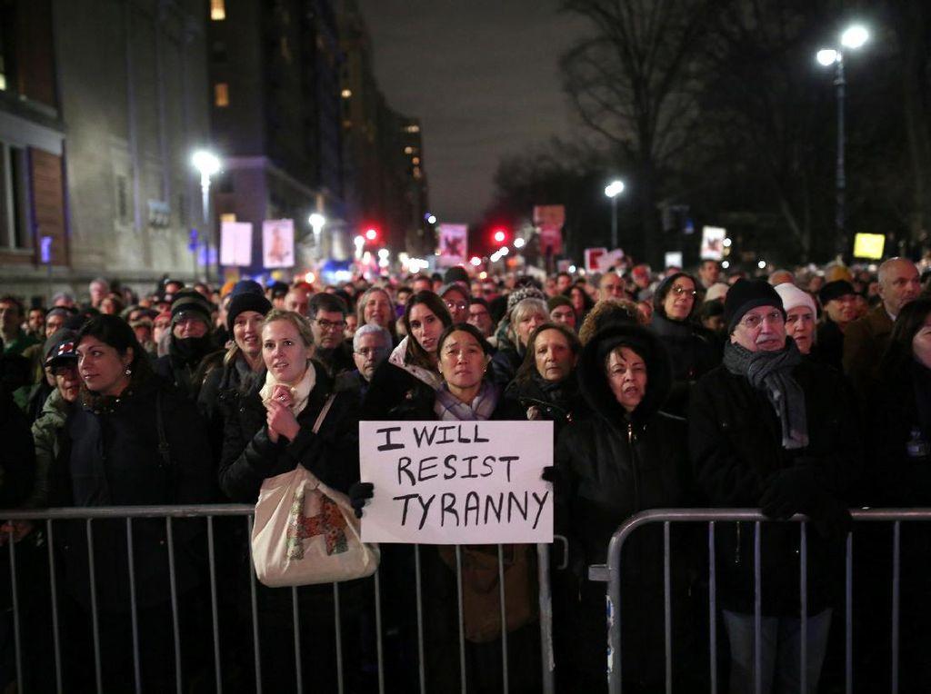 Ribuan Orang di New York Berdemo Jelang Pelantikan Trump