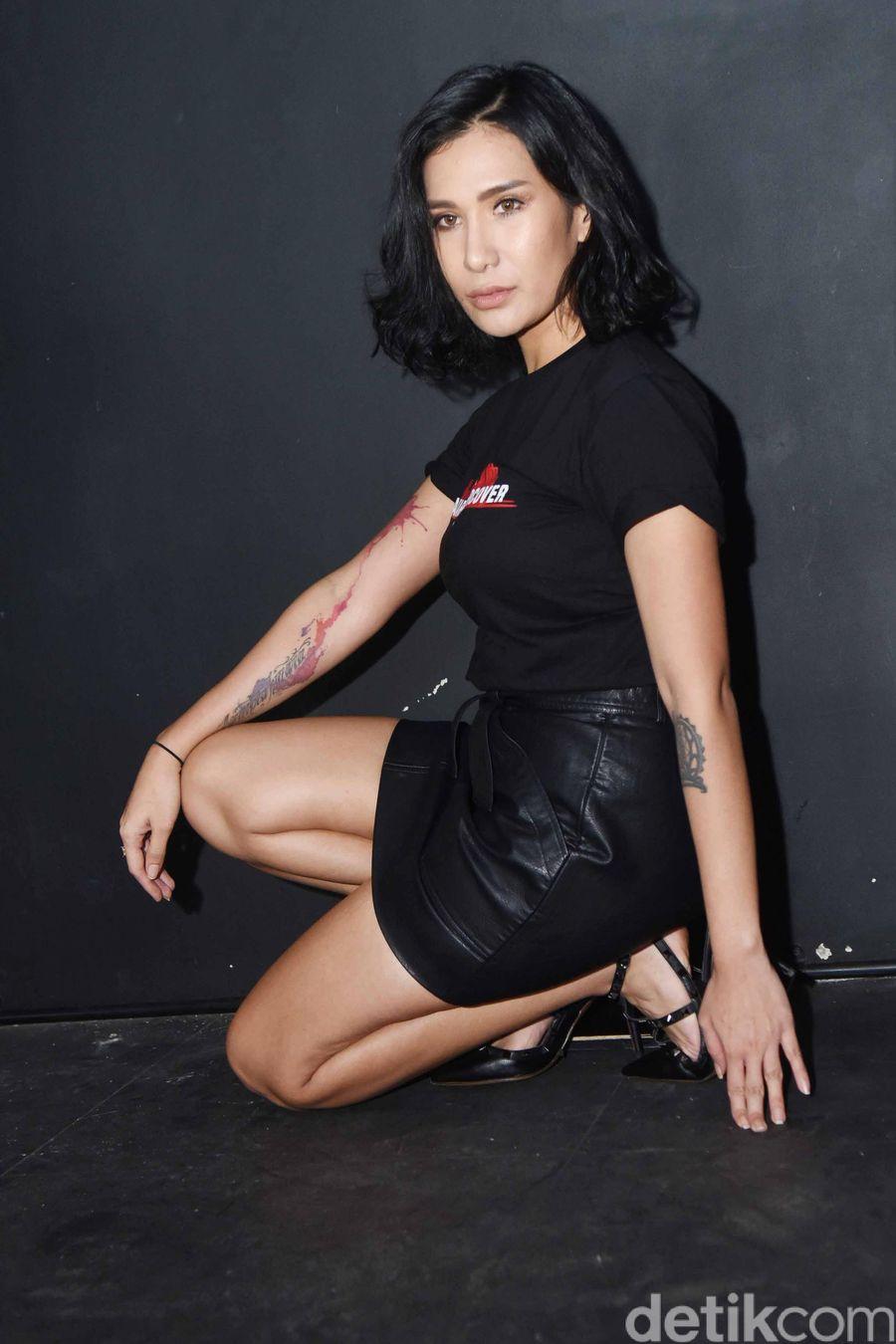 Tiara Eve, Sexy in Black!