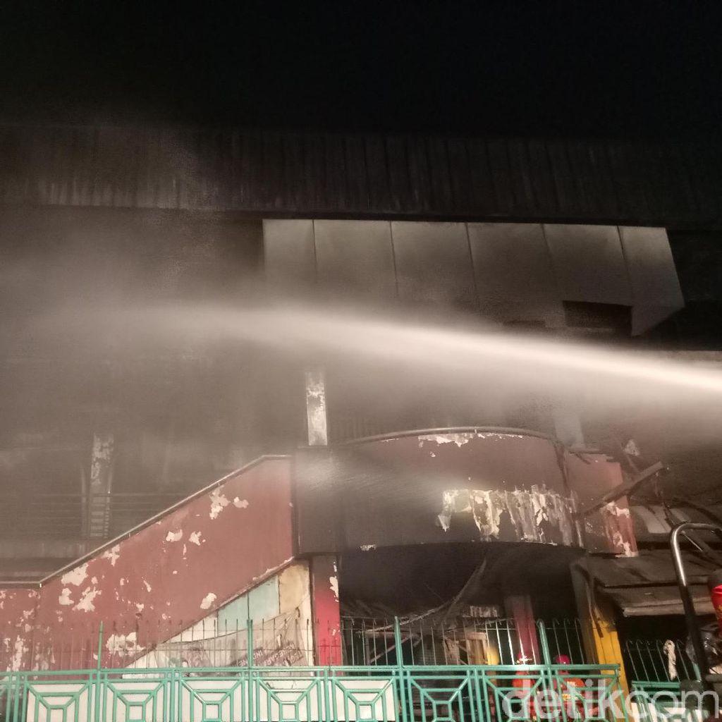 Petugas Damkar Masih Sisir Pasar Senen Pastikan Tak Ada Bara Api