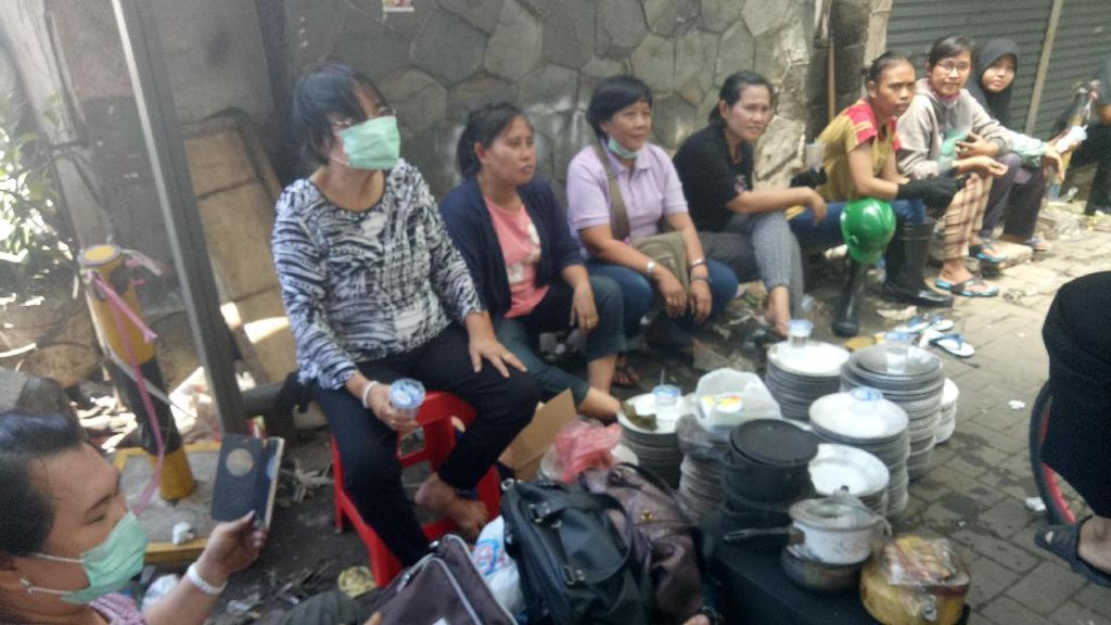 Potret Humanis Warga Bantu Pedagang Korban Kebakaran Pasar Senen