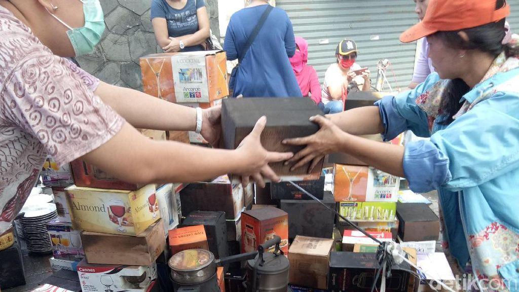 Momen Getir, Pedagang Pasar Senen Selamatkan Dagangan yang Hangus