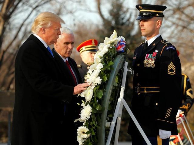 Trump Letakkan Karangan Bunga di Makam Pahlawan