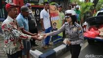Polisi di Bojonegoro Bagi-bagi Nasi Bungkus di Hari Jumat
