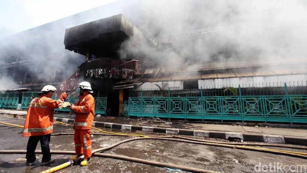 Petugas Damkar Pastikan Api di Pasar Senen sudah Mati Total