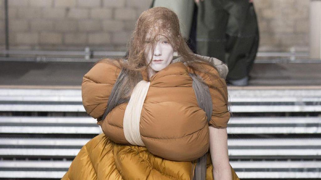 Desainer Buat Kasur Lipat Jadi Busana di Fashion Show Paris