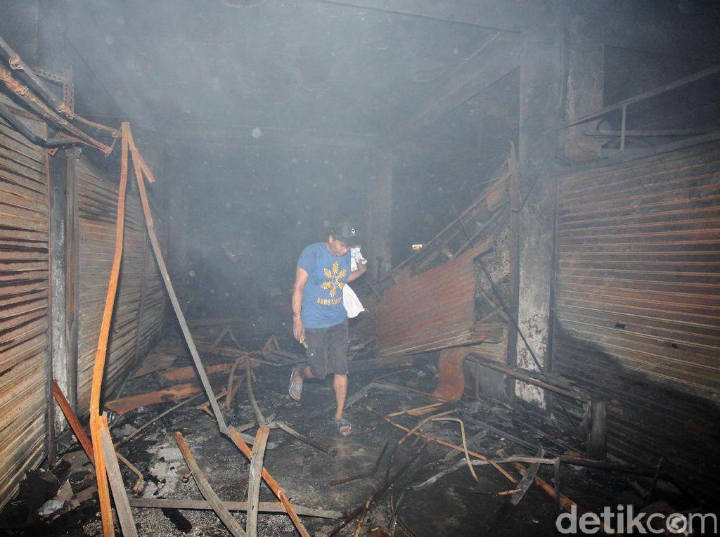 Pemulung Mengais Sisa Kebakaran Pasar Senen