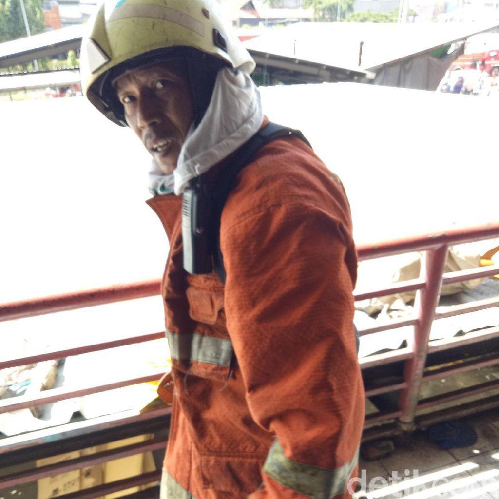 Semangat Pak Yanto, Tak Tidur Semalaman Padamkan Api di Pasar Senen