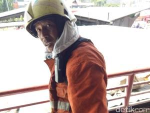 Semangat Yanto Padamkan Api di Pasar Senen Meski Berusia Senja