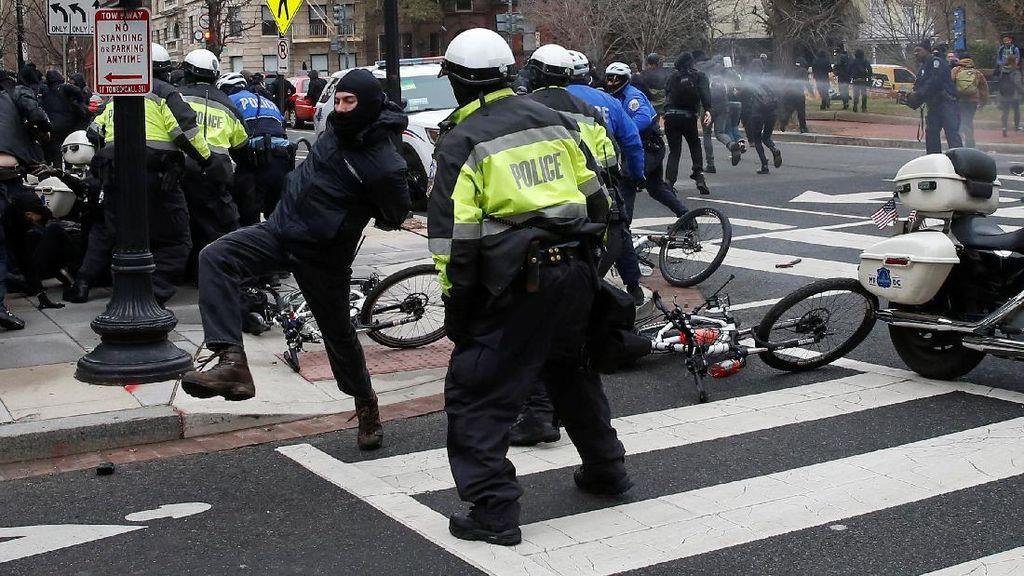 Bentrok dengan Polisi, 95 Demonstran Anti-Trump Ditangkap