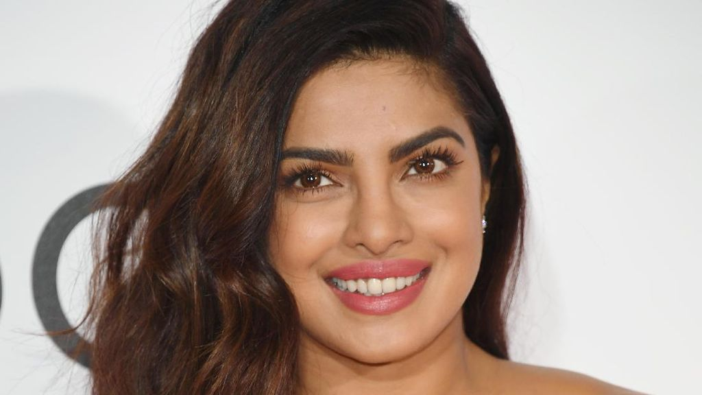 Priyanka Chopra Pakai Blush On Rp 53 Ribuan di Red Carpet Peoples Choice