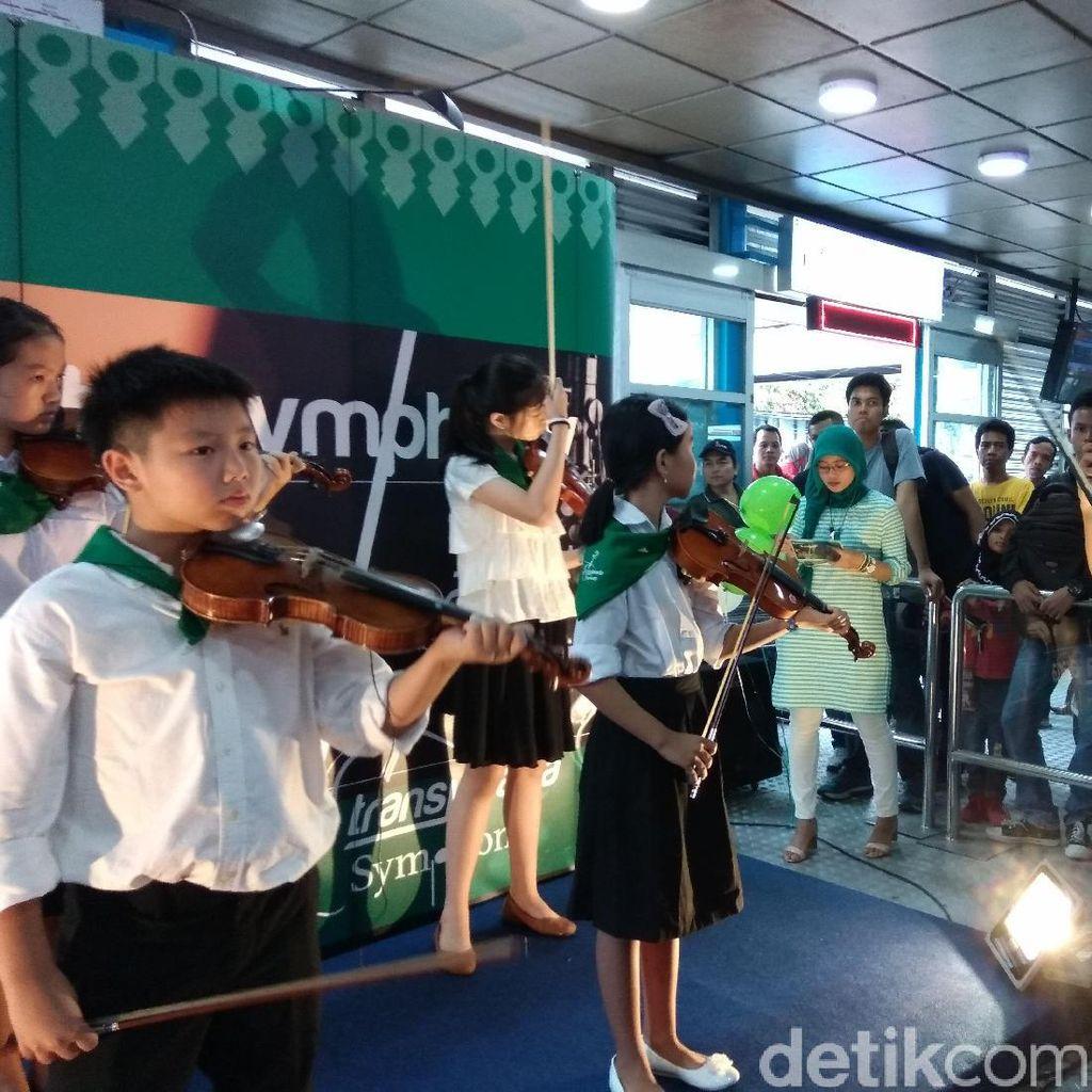 Transjakarta Gaet Pengamen Isi Pertunjukan Musik di Halte