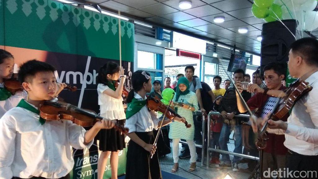 Tiap Akhir Pekan TransJ Sajikan Pertunjukan Musik di Halte Harmoni