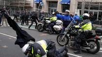 Lakukan Vandalisme, Demonstran Anti-Trump Ricuh dengan Polisi