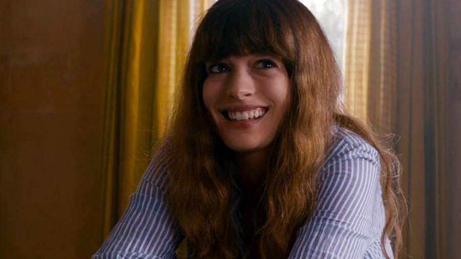 Anne Hathaway Si Pengontrol Monster di Trailer Colossal