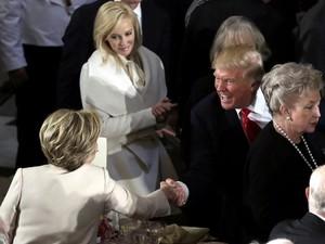 Momen Saat Hillary dan Trump Berjabat Tangan