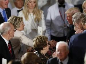 Saat Trump dan Hillary Berjabat Tangan Setelah Pelantikan