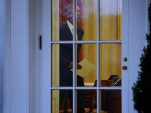 Obama Tinggalkan Surat Tulisan Tangan untuk Trump di Ruang Oval