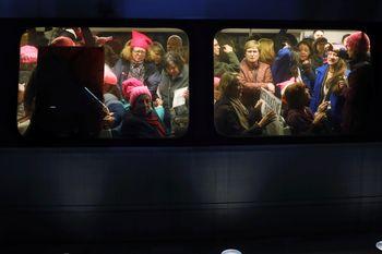 Kereta Bawah Tanah Dipenuhi Pendemo Anti-Trump