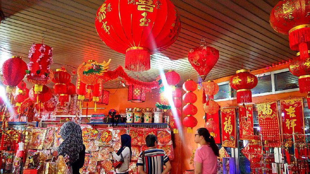 Penjual Aksesoris Imlek di Glodok Layani Pembeli dari Berbagai Daerah di RI