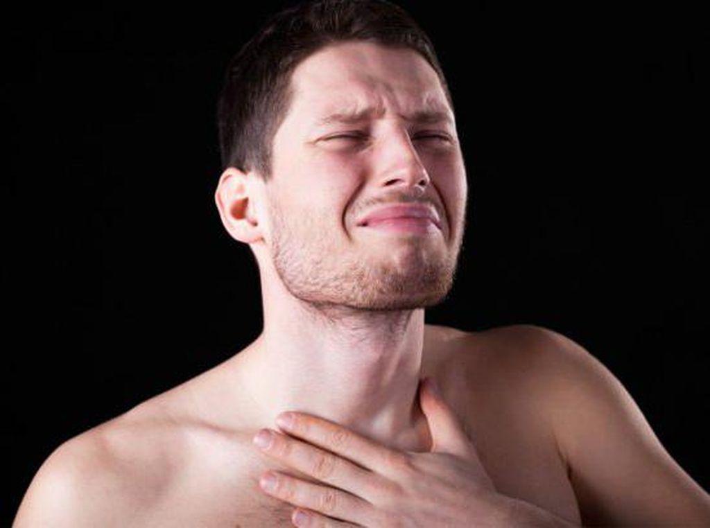 Hiasan Kue Tertelan dan Terjebak di Tenggorokan Pria Ini Selama Seminggu