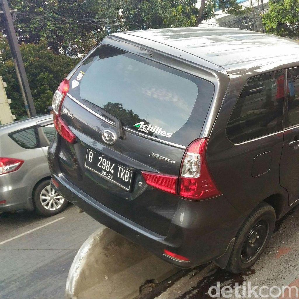Sopir Ngantuk, Mobil MPV Nyangkut Separator Busway