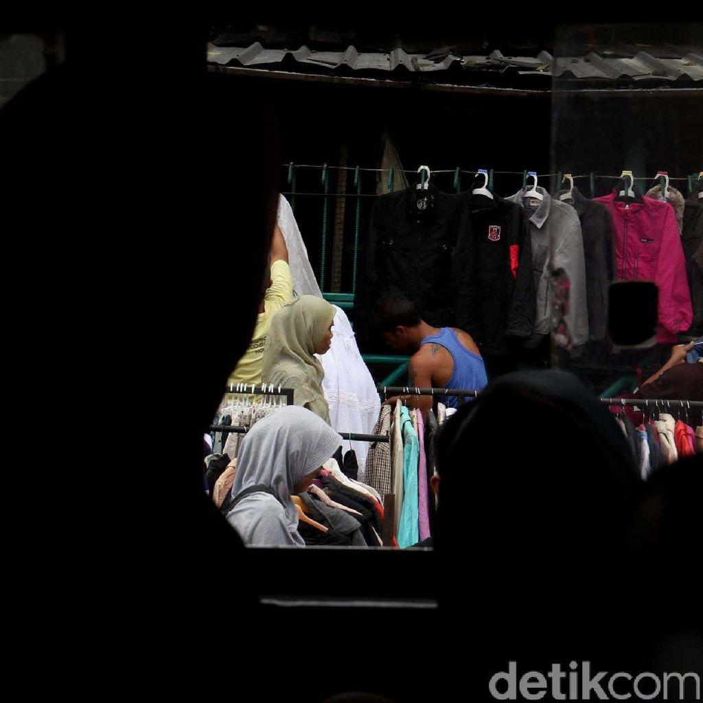 Pedagang Pasar Senen Berjualan di Bahu Jalan