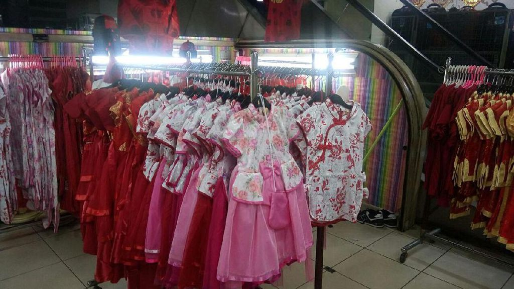 Mendulang Rupiah dari Jualan Baju Cheongsam Jelang Imlek