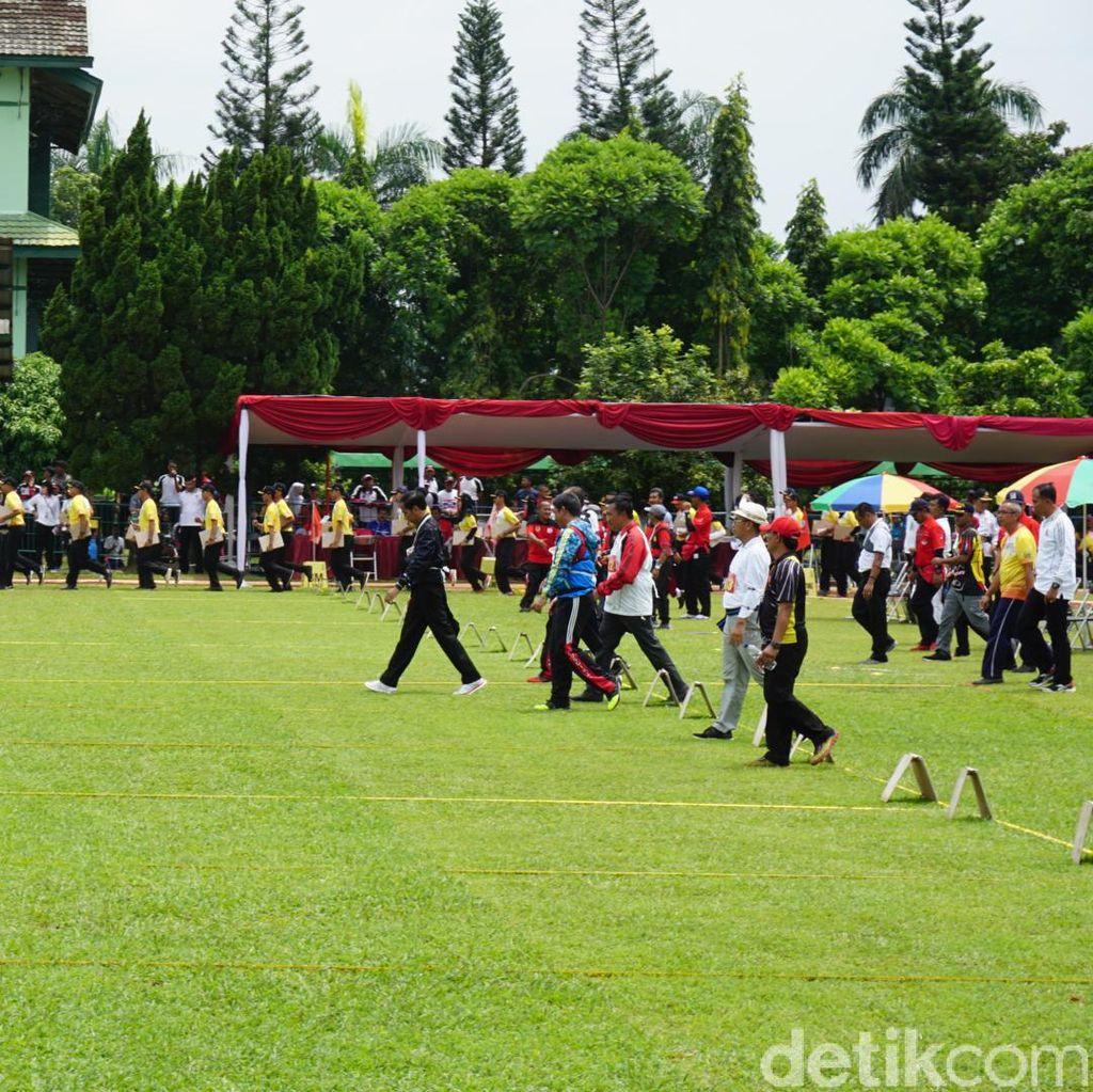 Banyak Mengenai Warna Biru, Begini Aksi Jokowi Memanah