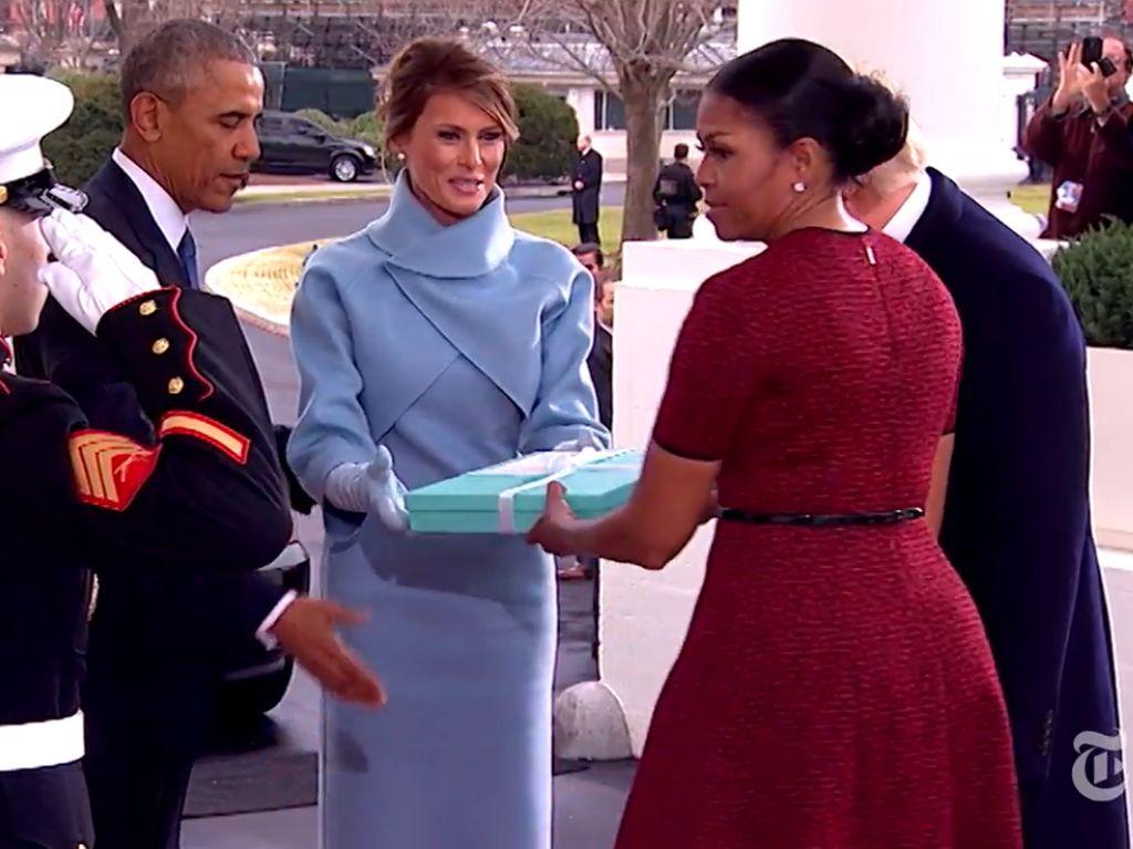Terungkap! Kado Misterius Michelle Obama dari Melania Trump Saat Inaugurasi