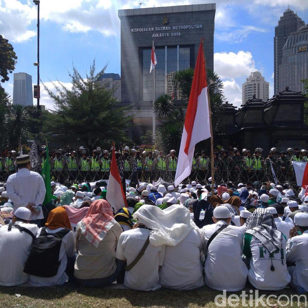 Massa FPI Tiba di Polda Metro Jaya