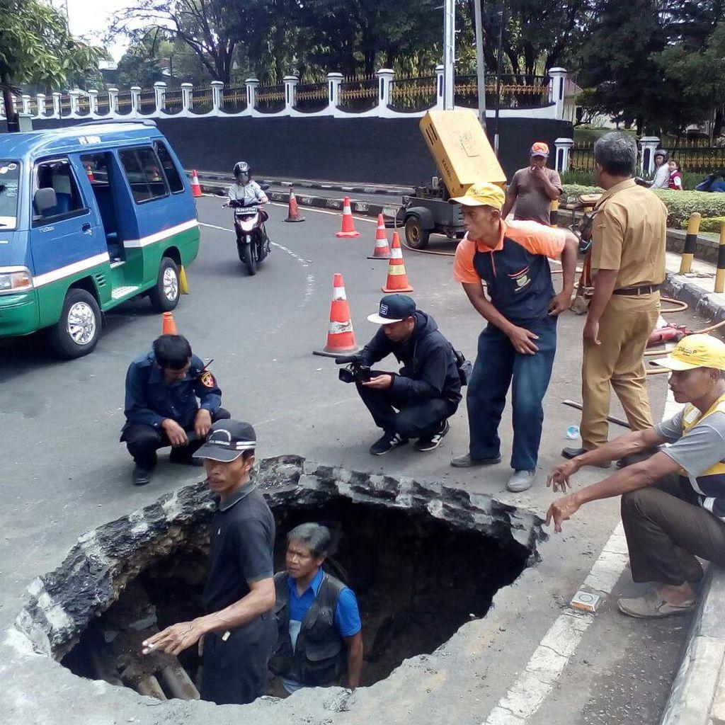 Aspal di Jalan Wastukancana Bandung Ambles