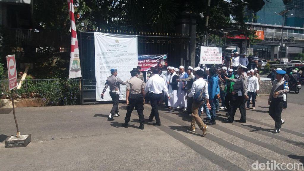 Polisi Larang Massa FPI yang Coba Masuk dari Pintu Samping Polda