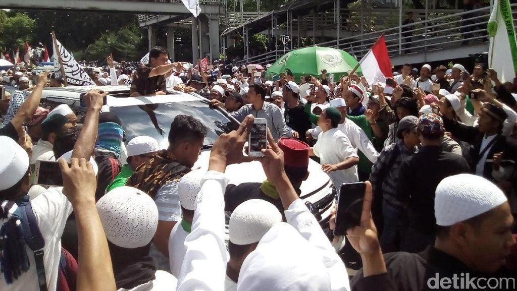 Massa FPI Bentuk Barikade Kawal Mobil Habib Rizieq