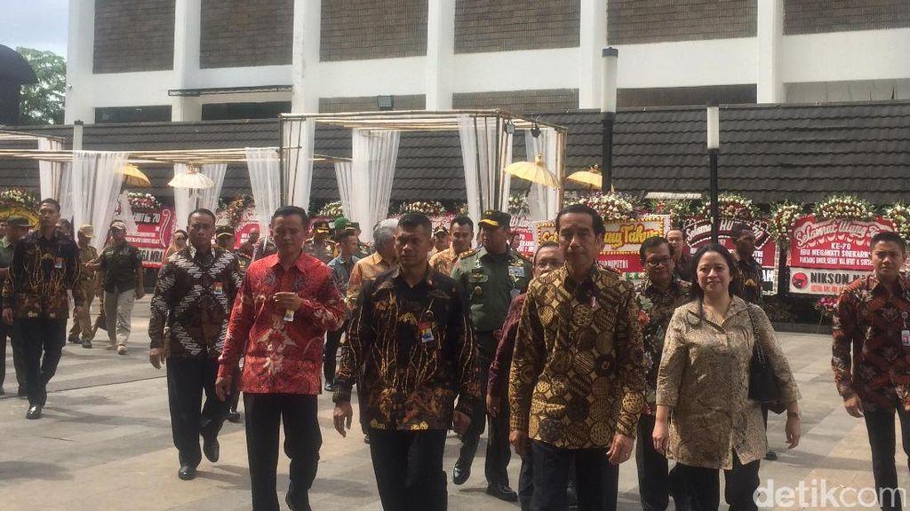 Jokowi Terbahak-bahak Saat Tonton Teater di HUT Megawati