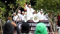 Habib Rizieq Naik Mobil Komando Temui Massa FPI